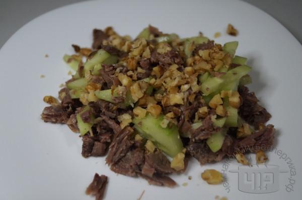 готовый салат с орехами и языком