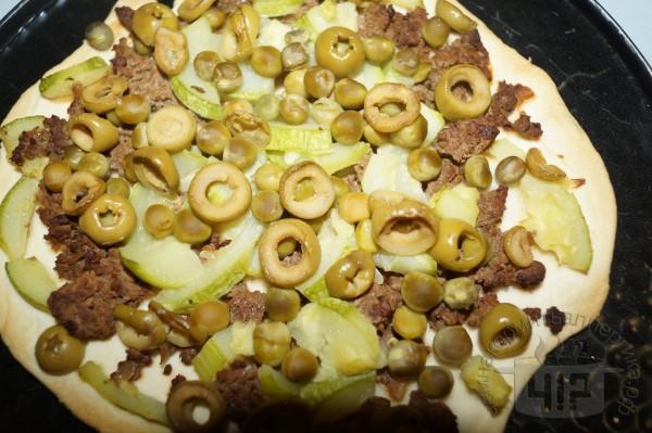 готовая пицца с горошком