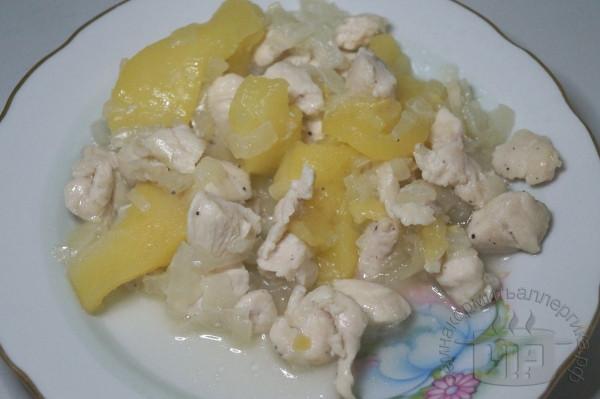 готовая тушеная с яблоком курица