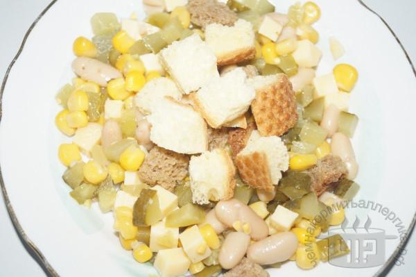 готовый салат с фасолью и кукурузой