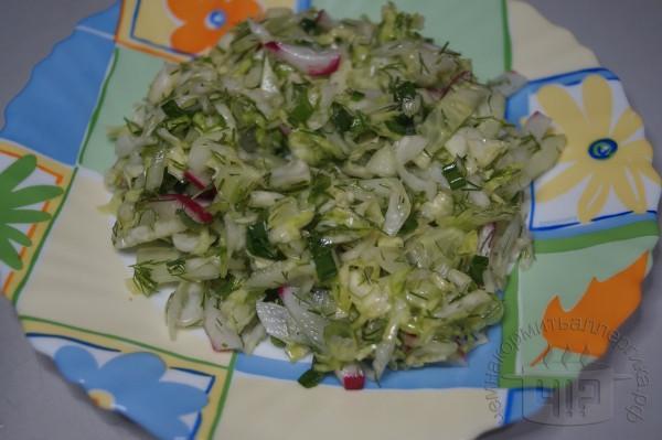 готовый салат с капустой и редисом