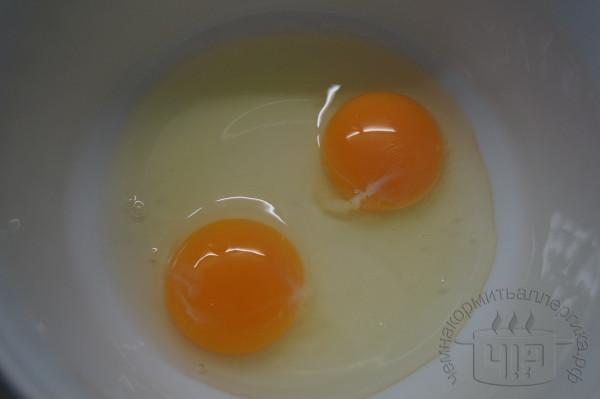 в чашке разбиты два яйца