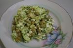 салат  яйцами и горошком