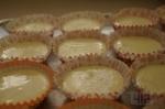 тесто в формочках для кекса