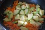 добавим кабачок в сковороду