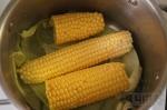 кукурузу кладем в кастрюлю