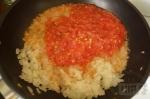 добавляем помидоры к луку