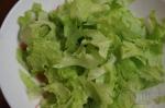 ручками рвем листья салата