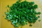 зеленый лук мелко порезан