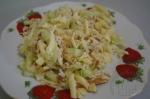 готов салат с омлетом, сыр