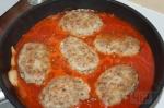 выкладывание гречаников в соус из томатной пасты