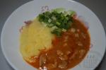 Курица тушенная в соусе из овсяного молока и томатной пасты