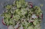 смешивание ингредиентов салата