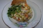 готовый салат с языком и яблоком