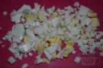 яйца порезаны кубиками на розовом