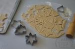 вырезание печенья из теста