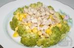 готовый салат с брокколи и кукурузой