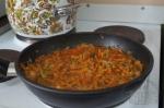 добавление томатной пасты к луку и моркови