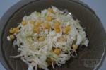 готовый салат с капустой и кукурузой