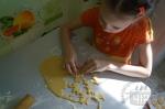 ребенок помогает вырезать печенье
