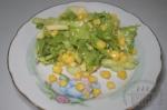готовый салат с кукурузой и яблоком