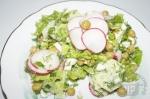 готовый салат из редиса и горошка