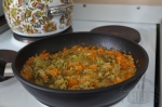 маринованные огурцы тушатся с луком и морковью