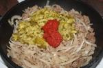 добавление огурцов и томатной пасты