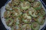 кабачки и оливки на пицце