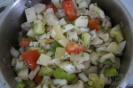смешивание овощей в кастрюле