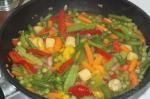 немного воды в смеси овощей