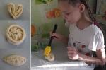 ребенок помогает формировать булочки