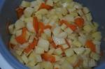 добавление картофеля в рагу