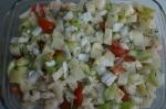 перекладывание мяса и овощей в форму