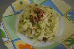 готовый салат с орехами и капустой