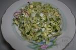 готовый салат с яйцом и капустой