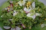 готовый салат с редисом и огурцом