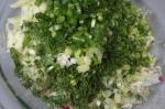 смешивание ингредиентов салата с редисом