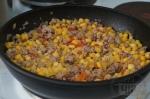 добавление кукурузы в сковороду