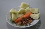 очищенные яблоки с морковкой и орехами