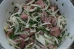 свинина маринуется с петрушкой и луком