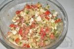 смешивание ингредиентов картофельного салата