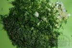 много зелени порезанной на ярко-зеленом