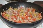 перец и помидор добавлены в сковороду