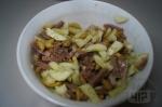 смешивание ингредиентов салата с языком
