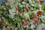 смешивание ингредиентов салата с кускусом