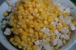 добавление курицы и кукурузы